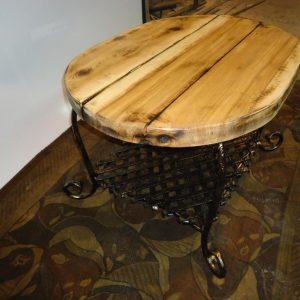 Apvalus stalas su lentyna