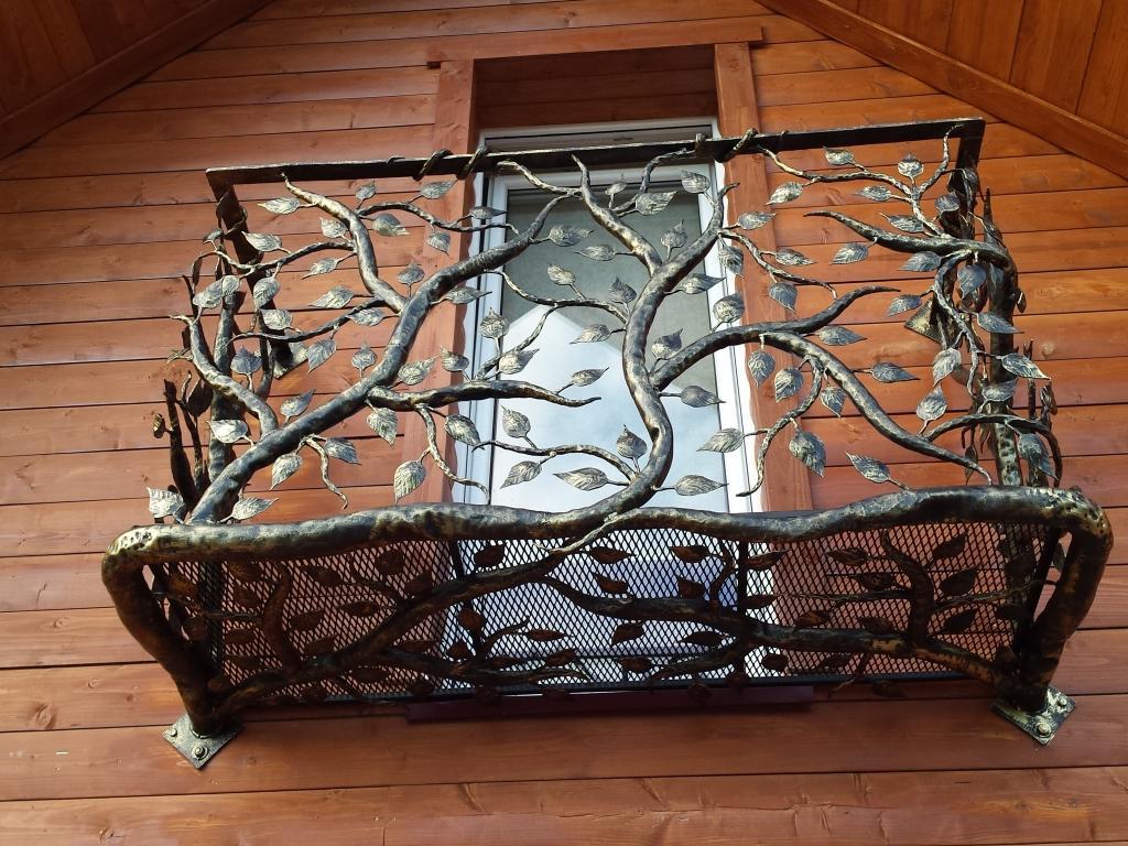 Balkonas medžio motyvais