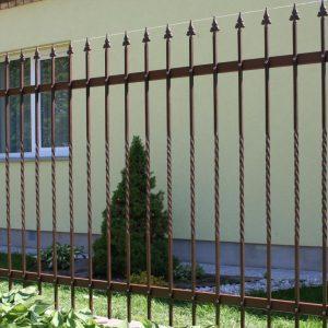 Kaltinė tvora grotų stiliaus