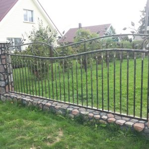 Kaltinė tvora lapelių motyvai