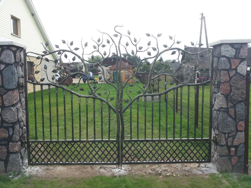 Metaliniai vartai su medžio motyvais